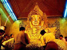 #Mandalay, #Myanmar.  MAHAMUNI PAYA to świątynia z wielkim posągiem Buddy. Posąg przeniesiono 250 lat temu z miasta Arakan, gdzie, według tradycji, przebywał sam Budda. Kobiety nie mają bezpośredniego dostępu do posągu i mogą oddawać mu cześć lub modlić się w pewnym oddaleniu. Mężczyźni zaś mogą przyklejać wotywne płatki złotej folii imitujące złoto.