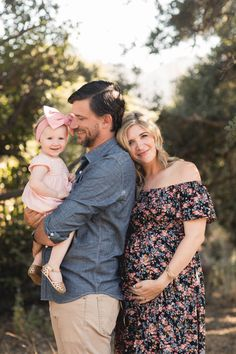 Los Angeles -based Endeared Team specializes in Family Photography – Newborn, Maternity, & Baby in the Pasadena Area. Winter Maternity Photos, Spring Maternity, Maternity Poses, Maternity Portraits, Pregnancy Photos, Maternity Photos With Family, Girl Maternity Pictures, Winter Pregnancy, Outdoor Maternity Photos
