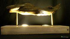 Lampe pour étagère / Apercu n 9 Lampe d'exception en bois flotté sur un socle de bois récupéré. Le tout assemblé et vernis à la main. Lampe idéale pour décorée une étagère.  Bois : Souche de bois dur et sombre flotté. Le socle est issu d'une vieille poutre qui a été retaillée et lissée. Les deux éléments en bois ont bénéficié d'une finition vernis.  Eclairage : Créé avec deux ampoule LED 12 volts 18 LEDs à 180 degrés. Rendu: 6000 ° K Consommation: 4.5W rendu : 35W  Energie : 12 volts sur…