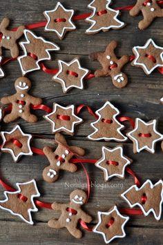 Gingerbread cookies red ribbon garland Toni Kami Joyeux Noël Christmas décor