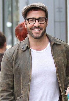 Jeremy Piven - leather jacket, glasses, beard, cap