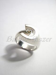 Egy köves ezüst patkó gyűrű