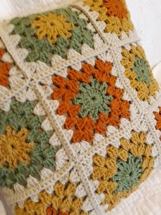 Granny square with interesting color combination crochet grannysquare grannythrow blanket afghan – ArtofitCould someone do a better translation of the pattern.Super pretty colorway on a plain granny square wish I knew Crochet Motifs, Granny Square Crochet Pattern, Crochet Squares, Crochet Blanket Patterns, Crochet Stitches, Knitting Patterns, Granny Squares, Crochet Granny, Crochet Home