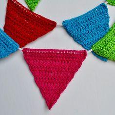 DIY crochet bunting, easy and cheap, free crochet pattern. Crochet Bunting, Diy Crochet, Crochet Bikini, Crochet Patterns, Easy, Fashion, Knits, Moda, Crochet Chart