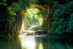 あまりの美しさに多くの人がこの滝を訪れるようになり、インスタグラムにもたくさんの写真がアップされています。