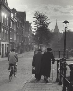 1950-1954. Elderly couple walking along a canal in Amsterdam. Photo Kees Scherer. #amsterdam #1950 #Canals