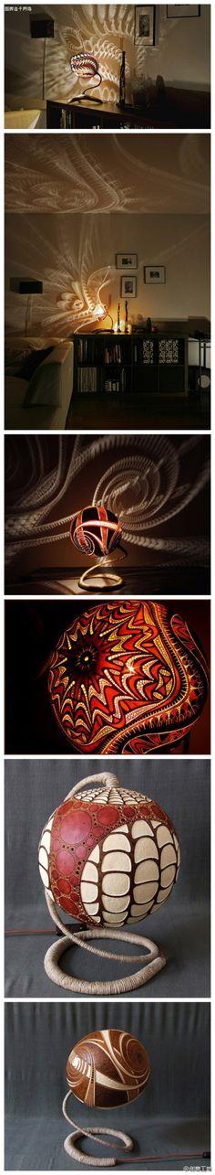 Calabaza luz de la lámpara a través de una variedad de tallado en la pared echar un patrón de colores.  Ultra-romántico, es difícil de imaginar, esta lámpara está esculpido con una calabaza!