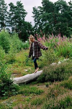 my go to apparel: oversized flannel and skinny denim Surfergirl Style, Granola Girl, Adventure Is Out There, Mode Inspiration, Photography Poses, Mountain Photography, Cute Outfits, Emo Outfits, Cute Flannel Outfits