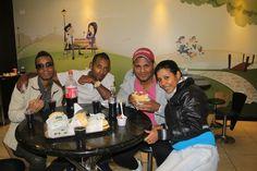En Ecuador comiendo con mis colegas y mi negrita bellaaaaaa...!!!