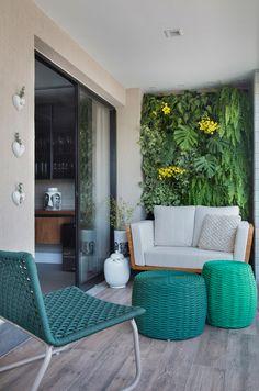 Balcony Green Wall Ideas: Vertical Living Wall - Unique Balcony & Garden Decoration and Easy DIY Ideas Small Balcony Decor, Balcony Design, Apartment Balcony Decorating, Apartment Balconies, Home Interior, Interior Design Living Room, Balcony Garden, Condo Balcony, Outdoor Furniture Sets