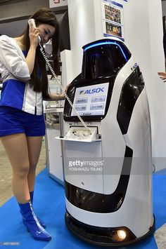Japan's security company Alsok displays the newly developed security. Technology Gifts, Technology Hacks, Smart Home Technology, Robot Applications, Medical Robots, Military Robot, Ai Robot, House Roof Design, Real Robots