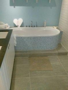 Mooie lichtblauwe badkamer met mozaiek, landelijk