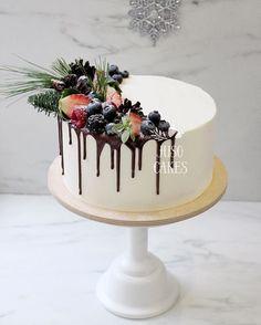 """Всем привет! Как дела? Все уже отскребли себя с диванов после отдыха? У меня нутро ещё бунтует """"мне нужно бооооольше салатов"""" В общем, борюсь Кстати, а все уже увидели расписание мк на январь у Юляхи? Если нет, то го к ней чекать скорее @juso.place✨ Будем делать красивые и ровные торты - #juso_cakes #cake #торт #новогоднийторт #тортбезмастики #newyearcake #Christmascake"""