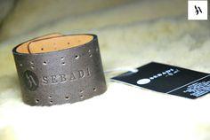 Bratara din piele naturala 37 -maro  -captusita cu piele cre -inchizatoare metalica nichel innegrit -margine finisata negru -perforatii  -dimensiuni: L=18-19cm l=4cm  PRET: 40 Lei
