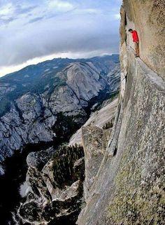 Alex Honnold free climbing Half Dome at Yosemite National Park Base Jump, Escalade, Kayak, Rock Climbing, Mountain Climbing, The Great Outdoors, Trekking, Beautiful Places, National Parks