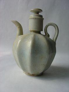 Verseuse Qinbaï couverte à corps godronné, anse de préhension et bec curviligne en fin grès porcelaineux à glaçure monochroem céladon bleuté translucide finement craquelé. Chine. Dynastie Yuan. 1279 à 1368 - Asian Arts - Giafferi