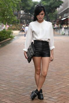Singapore Who: Melody What: Wear leather this spring in refined separates like high-waist shorts or chic ankle boots. Wear: Monki shirt and shoes, Scarlet Room shorts, bag from local boutique, Forever 21 jewelry Street Style Chic, Edgy Style, Short Cuir, Singapore Fashion, Black Leather Shorts, Summer Outfits, Cute Outfits, Look Chic, Daily Look