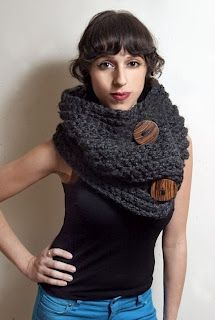 Solid charcoal grey huge chunky infinity scarf with brown wooden accent buttons. knitted < another excellent button-tastic cowl/scarf! This has made it onto my list of 'knits to knit next' Cowl Scarf, Knit Cowl, Love Crochet, Knit Crochet, Diy Fashion, Ideias Fashion, Diy Laine, Moda Casual, Tear