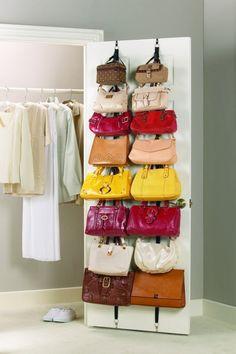 kleiderschrank organisieren taschen farben konmari methode