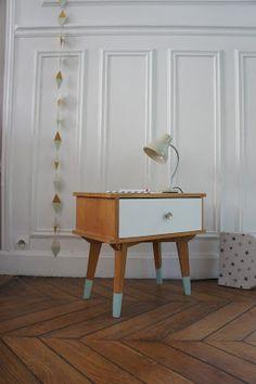 Blanc, bois et vert menthe. Nous avons travaillé à partir du papier peint d'Orla Kiely posé dans la chambre d'Elise et des meubles exista...