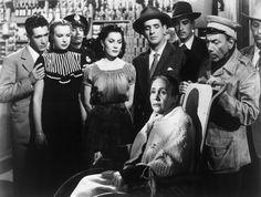 En primer plano, los hermanos Lupe y Miguel Inclán. Atrás, Roberto Espriu, Liliana Durán, Bárbara Gil, Juan Orraca y dos actores no identificados. Escena de 'La tienda de la esquina'(José Díaz Morales, 1950).