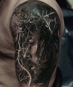 Tatuaje de Jesucristo en el brazo izquierdo.