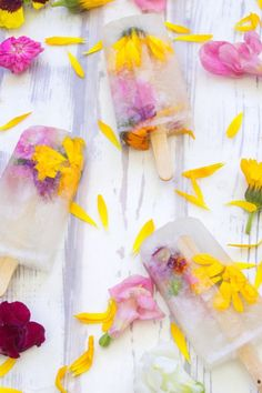 Boozy Ice Lollies #springideas #icelollies #icepops #flowers #lollies #spring #frozen #frozenflowers #petals #yellow #pink
