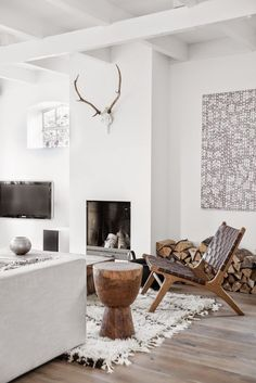 white modern living room decor with contemporary painting textured rug and rustic sculptural wood table - Decoration For Home Modern White Living Room, Chic Living Room, Home Living Room, Living Room Designs, Living Room Decor, Small Living, Apartment Living, Living Room Inspiration, Interior Inspiration