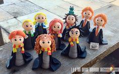 22 personagens da saga Harry Potter, em versão chibi (estilo infantil simplificado), feitos em porcelana fria (biscuit).  Um presente inesquecível para qualquer fã de Harry Potter!    Eles podem ser adquiridos separadamente, consulte os valores!  Os personagens vão sobre uma base de acrílico (con...