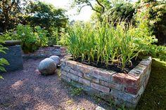 Odla lätt i upphöjda bäddar Potager Garden, Veg Garden, Vegetable Garden Design, Greenhouse Gardening, Gnome Garden, Edible Garden, Garden Cottage, Garden Landscaping, Balcony Gardening