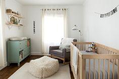 Una habitación de bebé en madera y mint : vía La Garbatella