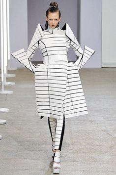 Gareth Pugh Spring 2009 Ready-to-Wear Fashion Show Collection: See the complete Gareth Pugh Spring 2009 Ready-to-Wear collection. Look 29