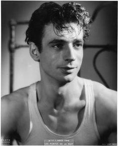 photo :Voinquel Raymond (1912-1994) Les Portes de la nuit de Marcel Carné (1946) Yves Montand dans le rôle de Jean Diego.1946