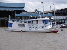 Barco ancorado em frente ao Rotary Clube, na Baía do Guajará em Belém do Pará - Brasil.