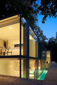 La villa Roces à Bruges : une boîte de verre au milieu des arbres
