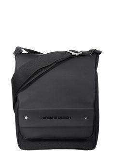 Pochette en téflon garni synthétique par Porsche Design. L'intérieur, entièrement doublé, ne peut pas contenir de formats A4 et dispose de deux poches plates dont une zippée et d'une poche téléphone. A l'extérieur, sous le rabat, une poche plaquée et une dernière au dos. Se ferme avec un rabat garni d'un aimant et se porte en travers sur l'épaule à l'aide de sa bandoulière ajustable et non amovible.