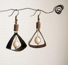 Boucles d'oreilles perles de culture d'eau douce blanches et cuir de lézard