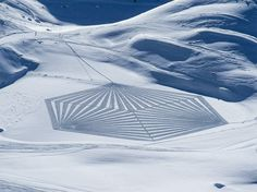 Artist Simon Beck is trailblazing a unique art form, one step at a time. Source: You See a Snow-Covered Mountain, This Guy Sees a Giant Canvas Simon Beck, Snow Artist, Winter Crops, Geometric Drawing, Geometric Art, Colossal Art, Public Art, Unique Art, Fractals