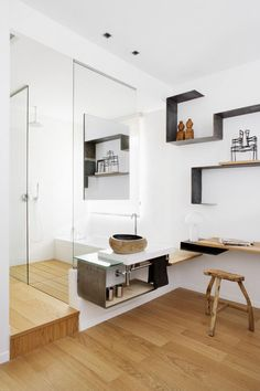 Chambre avec salle de bain ouverte et étagères murales