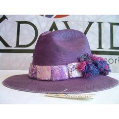 sombrero pintado a mano, y decorado con piedras elaboradas en material reciclado e hilo
