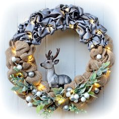 Vánoční+věnec+Jelen+hodný+s+LED+osvětlením+Vánoční+věnec+na+dveře+nebo+do+interiéru+v+moderním+stylu+s+trendy+jelenem+,+strážcem+vánoční+pohody+,+kombinace+juty,+saténu,+umělých+květin+a+ozdobných+komponentů.+Vzhledem+k+použitému+materiálu+vám+tento+věnec+vydrží+na+několik+sezón.+je+opatřen+LED+světýlky+na+3+AA+baterie+Použité+barvy:+šedá,+béžová...