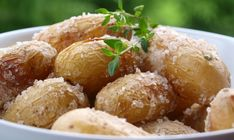 Saltbakte poteter er godt tilbehør til grillmat, tapas – og buffeter. Saltbakingen setter en ekstra spiss på potetene – og det beste av alt er at det er veldig enkelt og slår alltid godt an.