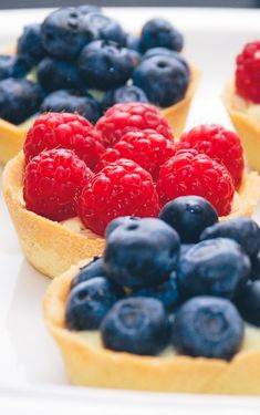 Mini raspberry and blueberry tarts with vanilla cream / mini blåbærtærter og hindbærtærter med creme Tapas Recipes, Baby Food Recipes, Gourmet Recipes, Baking Recipes, Cake Recipes, Tapas Ideas, Party Recipes, Tapas Dinner, Tapas Menu