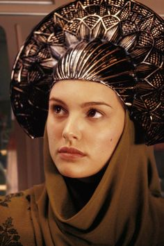 Natalie Portman portrays the role of ''Padme Amidala'' in the film ''Star Wars: Episode II - Attack of the Clones'' ''Star Wars: Επεισόδιο II - Η Επίθεση των Κλώνων'' a 2002 American epic space opera film. Star Wars Padme, Amidala Star Wars, Queen Amidala, Dark Autumn, Film Star Wars, Star Wars Art, Star Wars Costumes, Movie Costumes, Awesome Costumes
