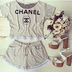 #mulpix ✨ T͟E͟N͟D͟ÊN͟C͟I͟A͟ ✨ Conjuntinho de Cropped e Shorts Chanel da loja ➡️ @tamabella_oficial  Vale a pena seguir e conferir meninas ➡️ @tamabella_oficial #tendencia #look #conjunto #cropped #shorts #rendinha