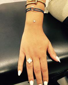 Microdermal piercing au poignet. C-Bo.fr, professionnel du piercing et vente en ligne de bijoux. Plus