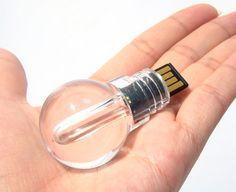 Miles de ideas para dar forma a las memorias USB más creativas. Para muestra, este pen drive en forma de bombilla