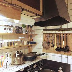 こちらは、キッチンにディアウォールを使用しDIYした調味料棚を設置しています。コンロ奥のスペースを有効活用できていますね。