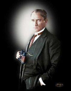 Atatürk'ün Profilden Takım Elbiseli Karzimatik Bir Resmi