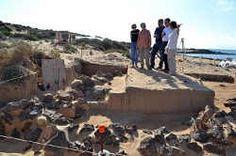 Autoridades insulares de la isla de Fuerteventura visitan el yacimiento arqueológico de la Isla de Lobos.